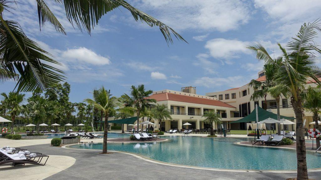 タイのゴルフ場に併設されたホテルとプール by ゴルフリトリート